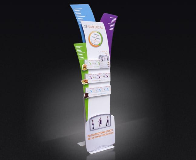 Kartonowy stand podłogowy, z kieszenią na ulotki, całość składana na płasko z możliwością bardzo łatwego montażu.